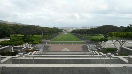 檀香山的太平洋国家公墓,安葬着在20世纪战争(包括珍珠港袭击)中丧生的士兵。