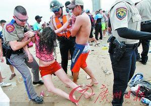 今年3月,一群英国大学生跑到美国佛罗里达休假,结果在沙滩上喝得烂醉如泥,被管理人员抬走