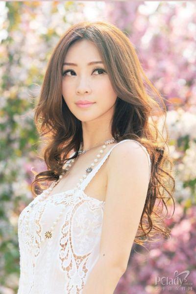 组图:柳岩淡妆粉唇清新写真一改往日性感风格