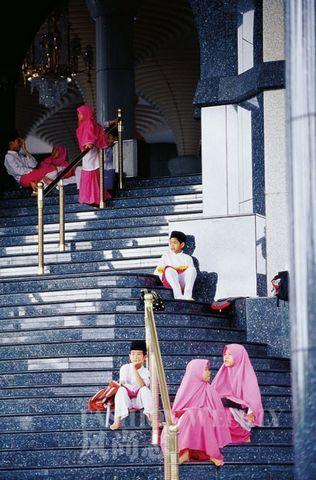 台阶上的文莱孩子,身着传统服饰