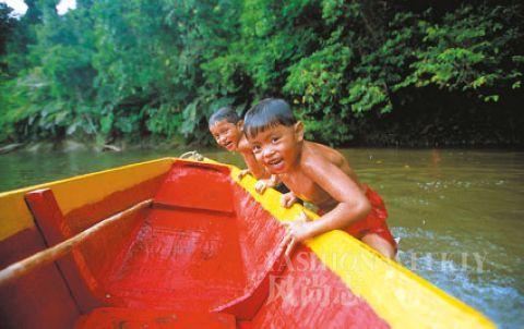 卡朗安河上戏水的孩子,水性娴熟