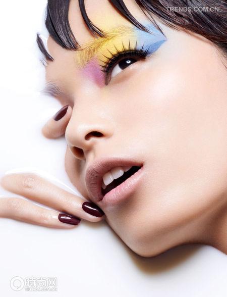 组图:女性妩媚霓虹撞色妆让你摆脱单一裸色系