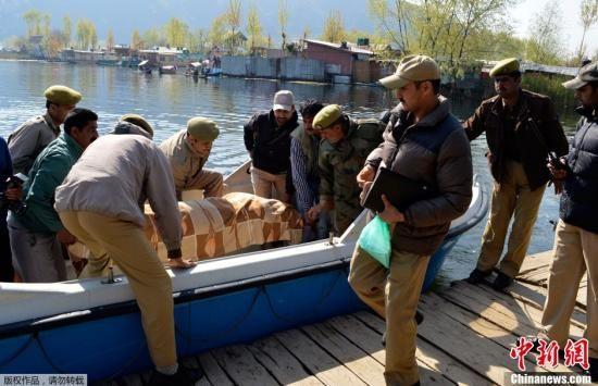 当地时间2013年4月6日,印度达尔湖,警察从船屋中抬出一具英国女游客的尸体