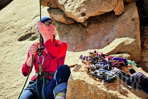 攀登Aguja Innominata山的新路线,凯特为正在领攀的米奇做保护