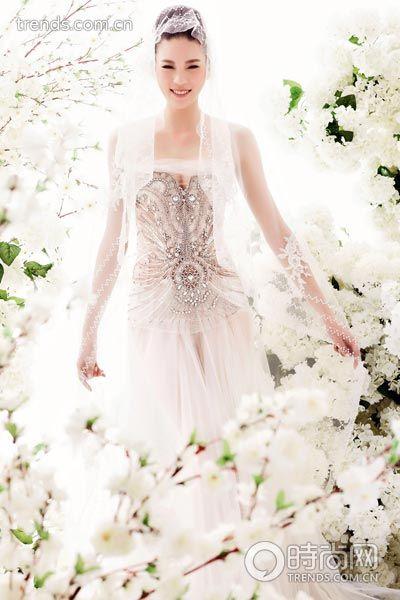 重工刺绣钉珠对称图案装饰薄透款婚纱/祁刚 SCFASHION