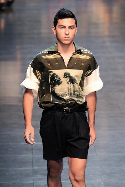 宽松短裤与皮带搭配,风格很奔放。(Dolce&Gabbana)