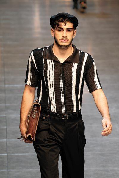 竖纹衬衫与西裤皮带的搭配,颇有上世纪九十年代感