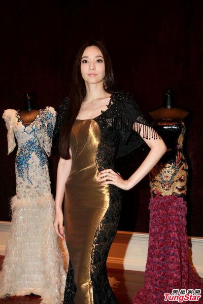 组图:吴佩慈金色黑纱长裙优雅亮相品牌秀场