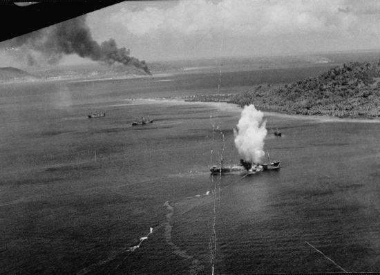 图为美军发射的鱼雷轰炸机击中日本游船的爆炸场景