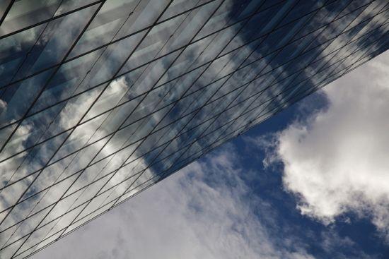 维也纳的这座建筑外观如同一个巨大的网,拥抱着蔚蓝天空的白云
