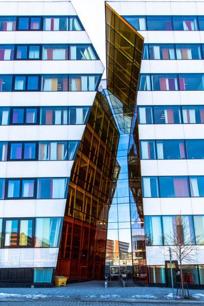 这座著名的斯德哥尔摩大楼仿佛从中间平分