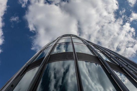 市中心的一栋楼映射出了楼顶的天空
