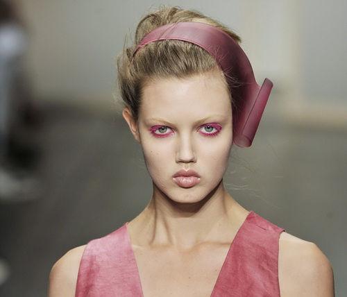 组图:艳粉亮蓝色系打造女性电光般的潮流彩妆