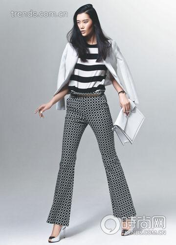 黑白条纹雪纺衫+白色西服+黑色圆点喇叭裤