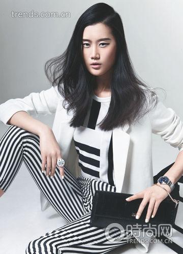 黑白条纹拼接T 恤+白色西装+黑白条纹九分裤