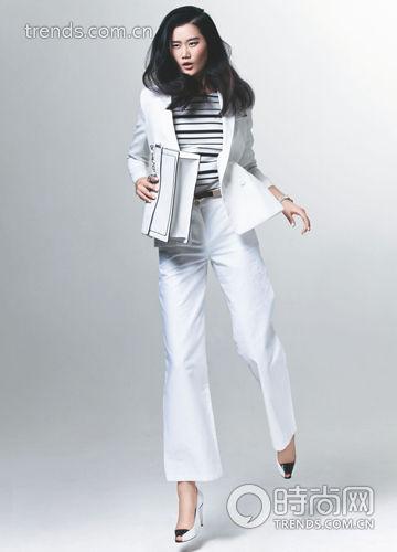 黑白条纹上衣+白色西装+白色阔腿裤