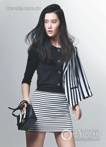 黑色针织衫+黑白竖条纹西装+黑白条纹半身裙