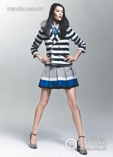 水洗蓝色牛仔衬衫+横条纹双排扣西装+蓝白边方格连衣裙