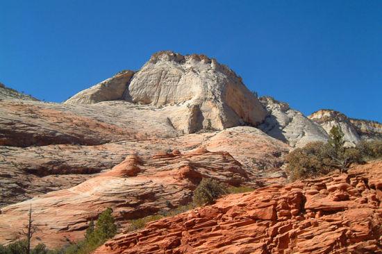 一层一层的颜色就像是树木的年轮,标注着岩石的年龄