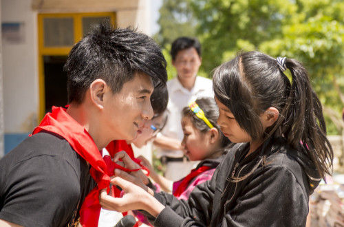 孩子们给吴奇隆佩戴红领巾