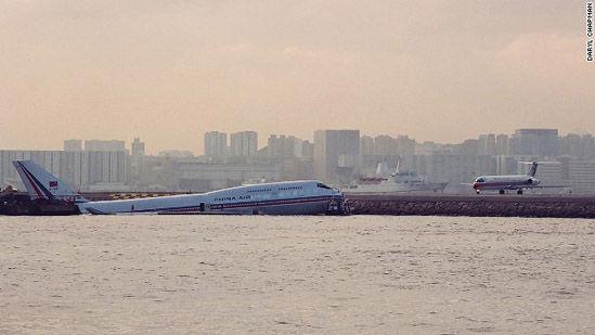 1993年11月4号,一架中华航空公司的飞机冒雨降落时滑出了跑道,坠入了海里