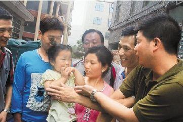 被救的琪琪与父母及救人者在一起