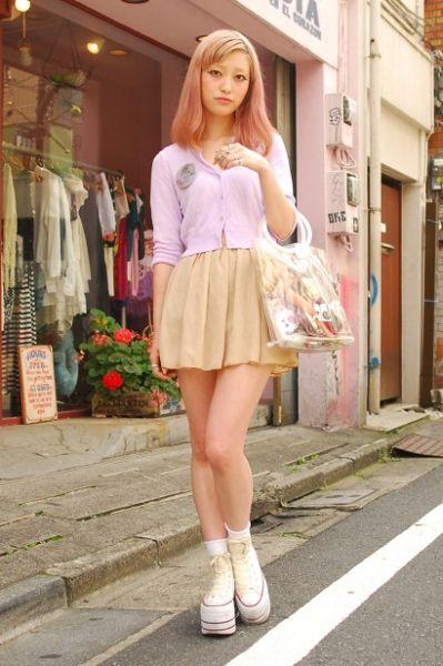 淑女路线的甜美姑娘可以选择浅色小褶裙,上身就很有气质。