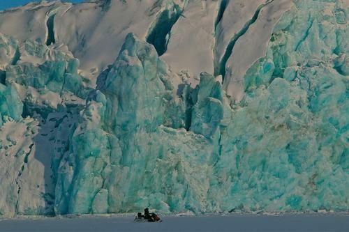 由红色草原旅行社提供的斯瓦尔巴群岛六日游,可以乘机动雪橇欣赏各色各样的极地景色