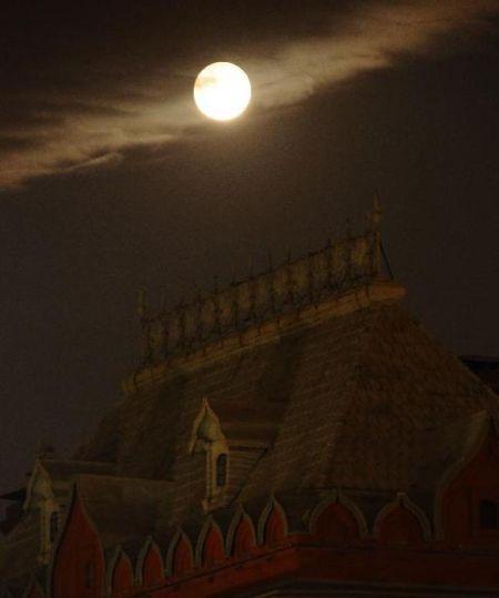 6月23日晚,俄罗斯首都莫斯科红场上空悬挂着一轮圆月。丁渊 摄