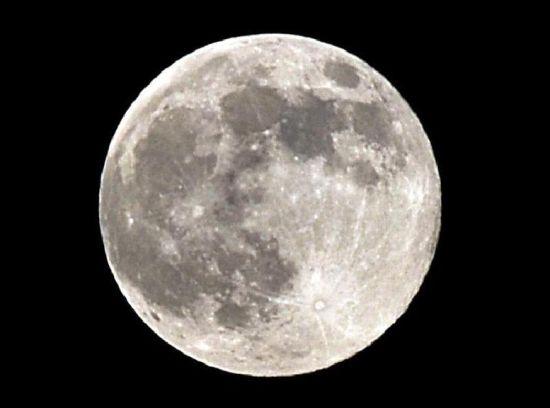 这是6月23日晚在山西太原拍摄的月亮。詹彦 摄