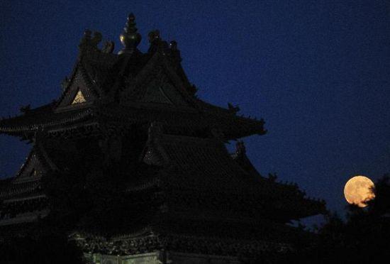 这是6月23日在北京拍摄的圆月映衬下的故宫角楼。孙瑞博 摄