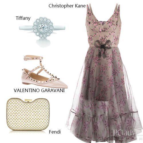 搭配解读:钻石戒指+印花长裙