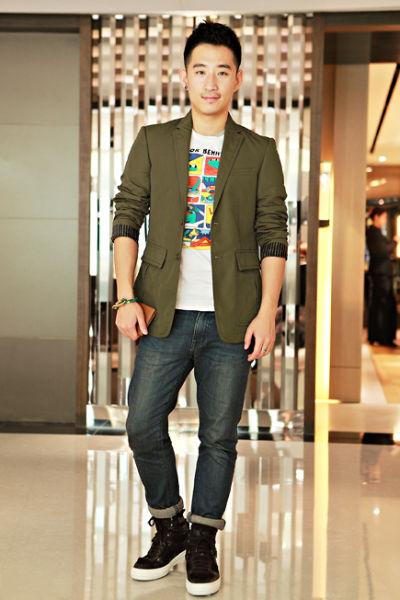 组图:时尚博主香港淘货一身潮搭凸显帅气