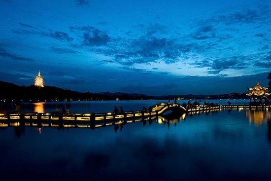 新浪旅游配图:雷峰塔夜景 摄影:锈剑