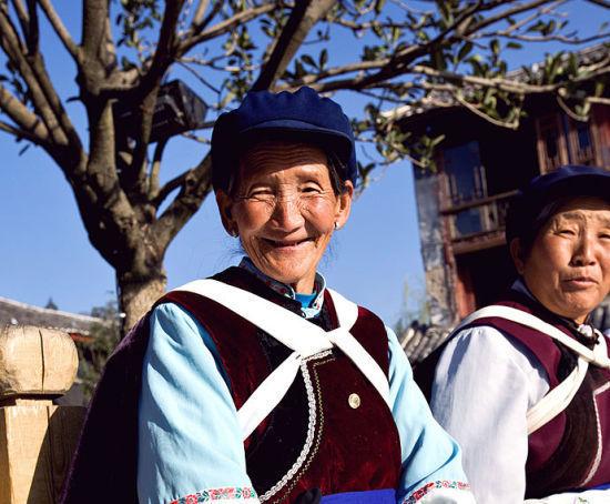 新浪旅游配图:四方街上笑容满面的老奶奶 摄影:李双喜