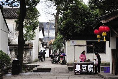 绍兴街头,河边经常可以见到做臭豆腐的摊贩。
