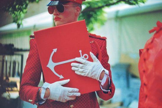 红色格纹制服
