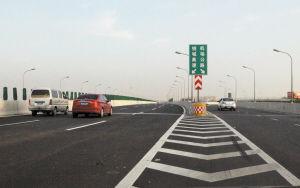 机场路高架南延路段开通后,由北向南方向可到达绕城高速。 记者 许天长 摄