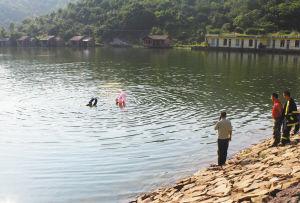 在藤岭水库救援人员在搜救溺水者。