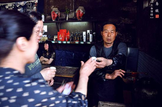 游客们纷纷前来讨杯酒喝