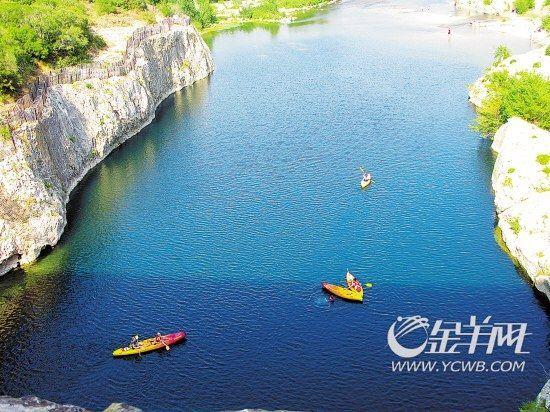 彩色的小艇点缀在蓝缎般的河面