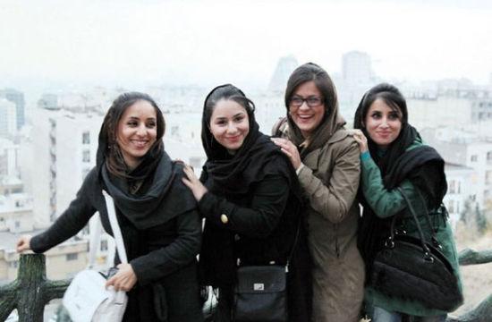 街头的德黑兰美女都戴着黑色头巾