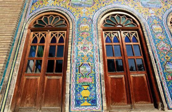 彩色瓷砖的围墙