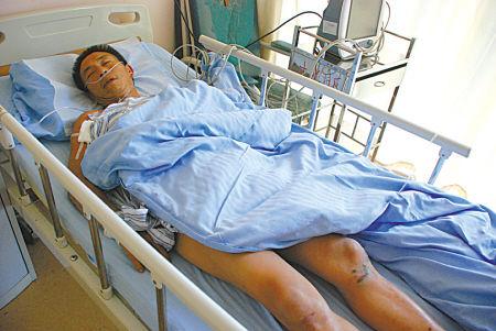 图为伤者在医院接受治疗。