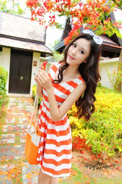 白色和橘色的条纹拼接连衣裙