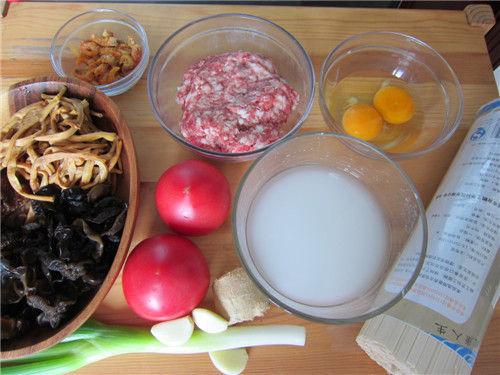 番茄肉末打卤面食材准备