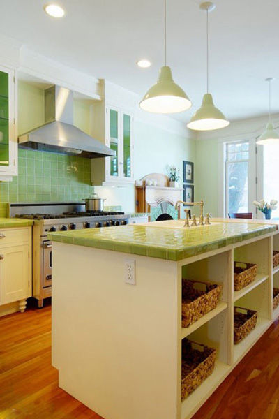 砖覆盖了厨房大部分,防溅板包括橱柜的整体台面都是