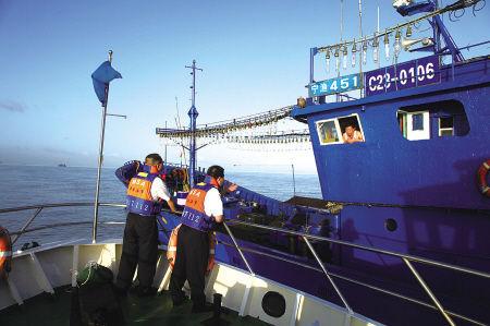 在防台风期间,大量渔船进入佛渡水道避风