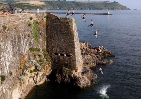 英国青年玩跳水降温 死亡桥玩成裸跳桥