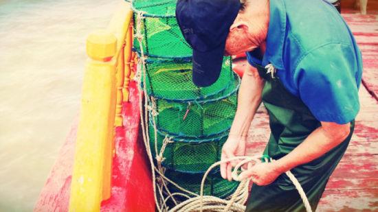 船老大仔细的给绳子打结